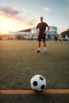 Balón de fútbol en línea, jugador en el campo de fondo. futbolista en el estadio al aire libre, entrenamiento antes del juego, entrenamiento de fútbol