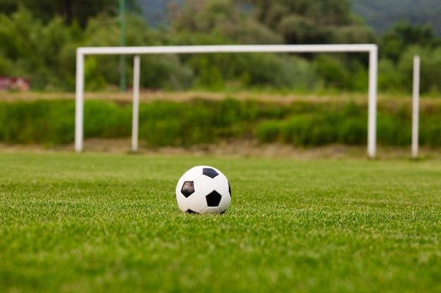 Balón de fútbol en un primer plano de la hierba verde. concepto - pasión por el fútbol