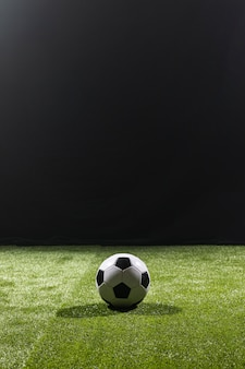 Balón de fútbol de tiro completo en el campo