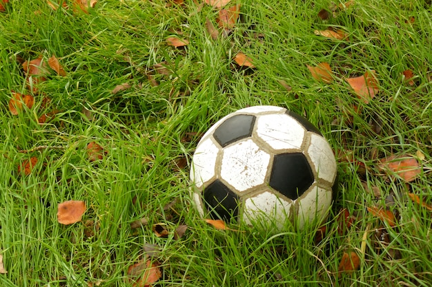 Balón de fútbol viejo