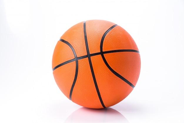 Baloncesto anaranjado aislado en el fondo blanco