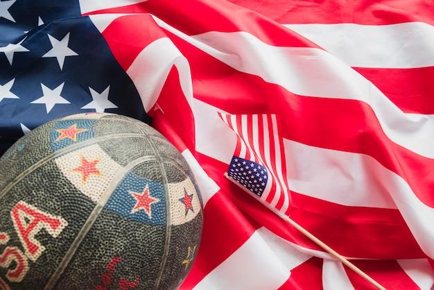 Baloncesto retro en bandera americana arrugada