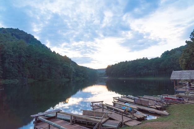 Balsa de bambú en el lago.