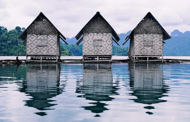 Balsas flotantes para recreación y relajación durante sus vacaciones en tailandia