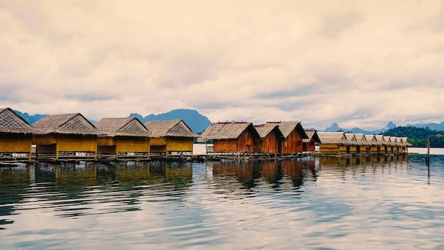 Balsas flotantes, resort para vacaciones, recreación y relajación, lago cheow lan