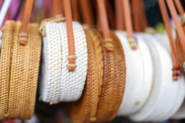 Bambú bolsos en la fila en el mercado local. moda de moda en productos hechos a mano.