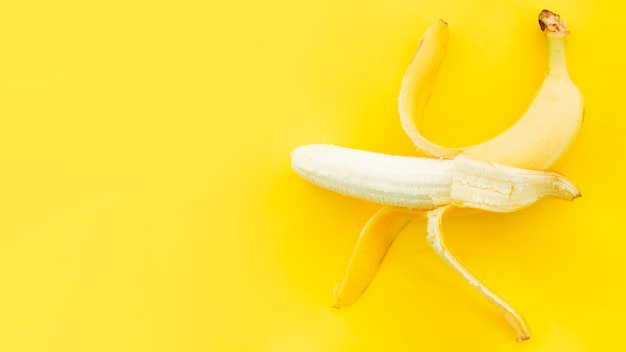 Banana con cáscara abierta