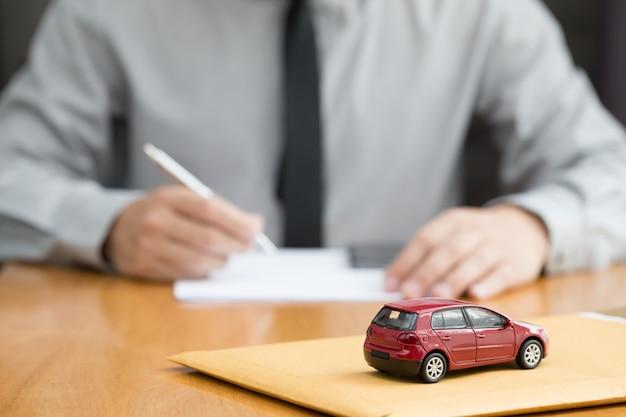 El banco aprueba el préstamo de automóvil