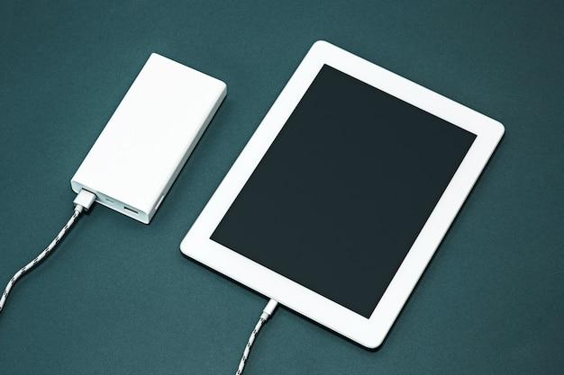 Banco de energía y laptop