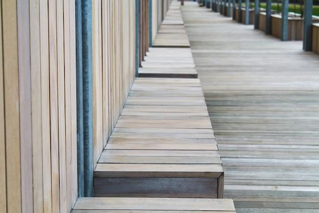Banco de madera de calle en perspectiva.