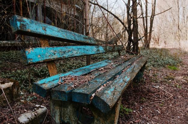 Banco oxidado y viejo en el pueblo fantasma chernobyl, ucrania.