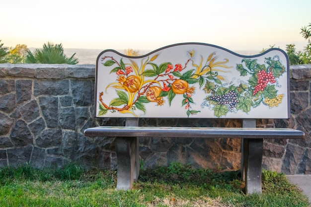 Banco de piedra exquisita con pintura de flores en un parque en la ladera del vesubio, nápoles, italia