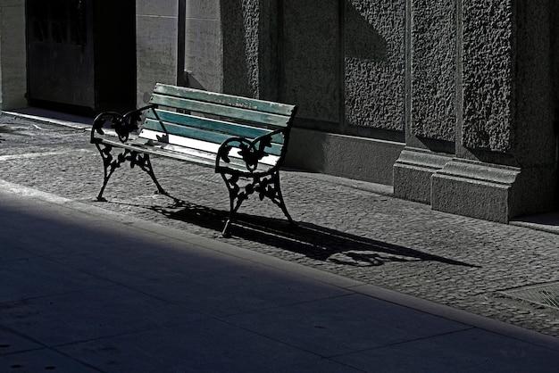 Banco público vacante en la calle.