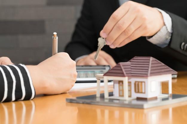 Los bancos aprueban préstamos para comprar casas