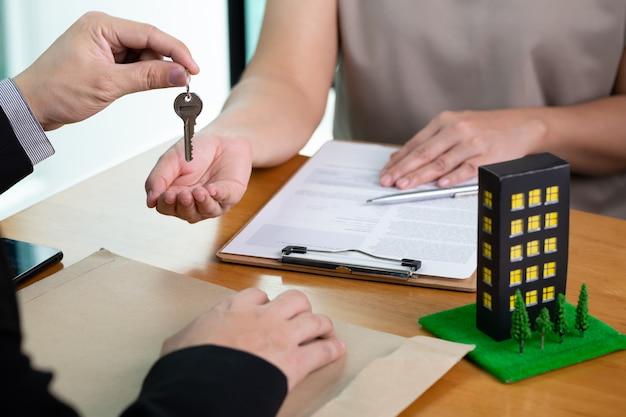 Los bancos aprueban préstamos para comprar condominios. concepto de hogar e inmobiliario
