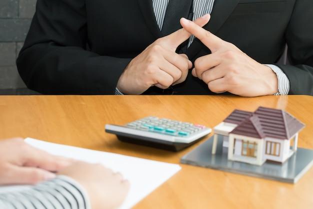 Los bancos rechazan préstamos para comprar viviendas. concepto de bienes raíces