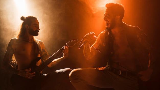 Banda en el escenario con guitarrista y vocalista