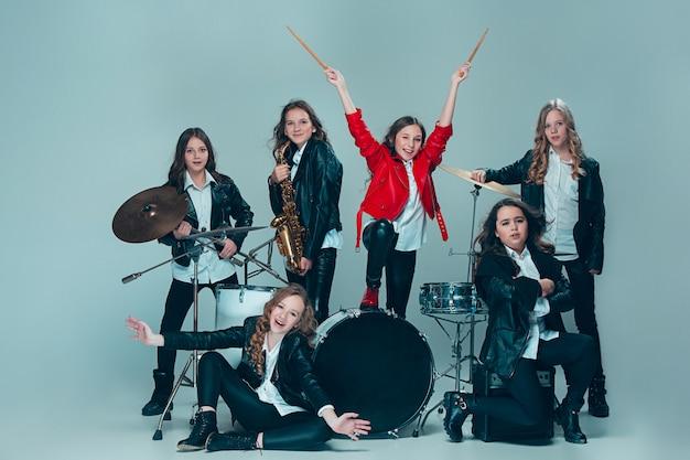 La banda de música adolescente actuando en una grabación