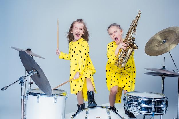 La banda de música para adolescentes actuando en un estudio de grabación.