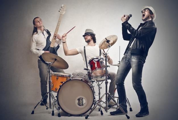 Banda de músicos cantando