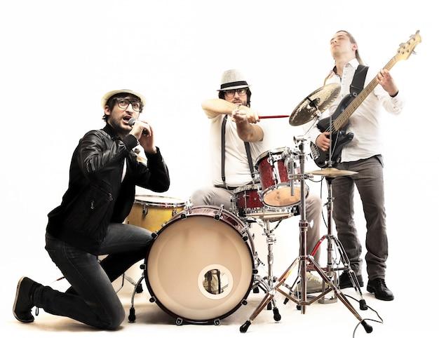 Banda de músicos con instrumentos