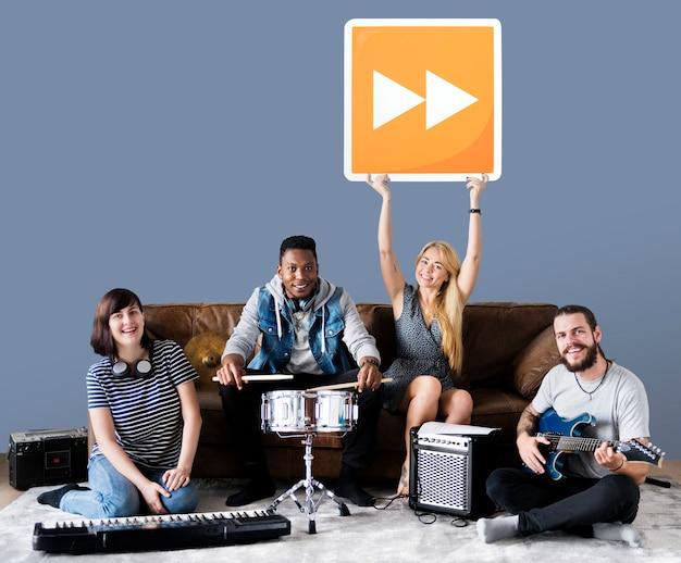 Banda de músicos sosteniendo un icono de botón de avance rápido