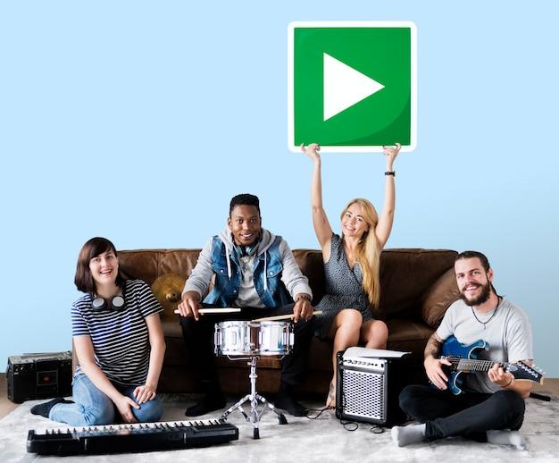 Banda de músicos sosteniendo un icono de botón de reproducción