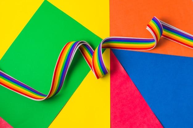 Banda ondeante en colores lgbt.
