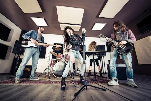 Banda de rock en acción