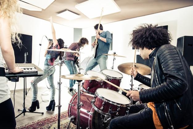 Banda de rock tocando