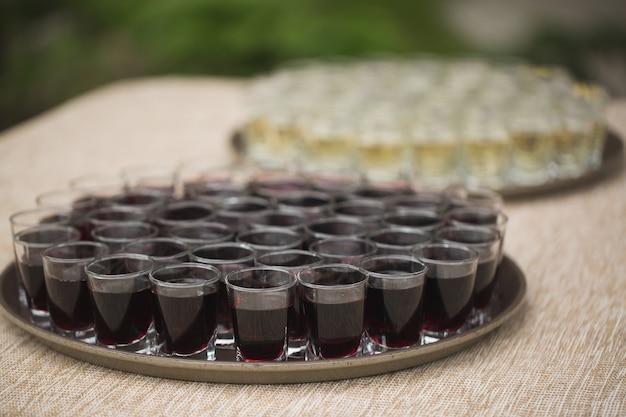 Bandeja de bebidas en el banquete de bodas