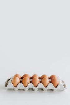 Bandeja de cartón huevos marrones fondo alimentos crudos
