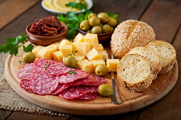 Bandeja de catering antipasto con salami y queso