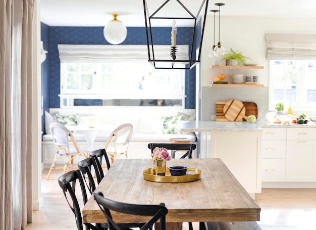 Bandeja de cocina dorada sobre una mesa de comedor de madera