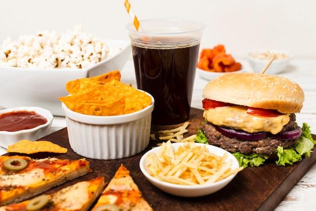 Bandeja de comida chatarra en mesa blanca