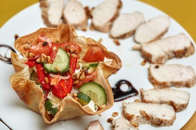 Bandeja de comida con deliciosa ensalada griega con piñones y carne