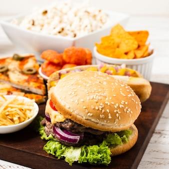 Bandeja de comida rápida en mesa blanca