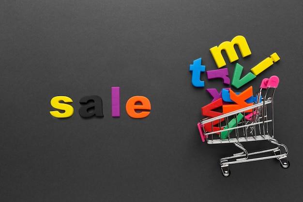 Bandeja de compras y letras coloridas
