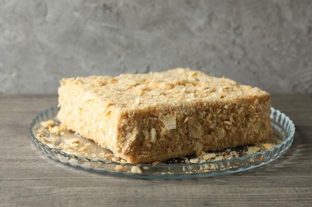 Bandeja con delicioso pastel de napoleón en mesa gris