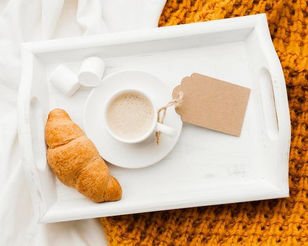 Bandeja con desayuno en la cama.