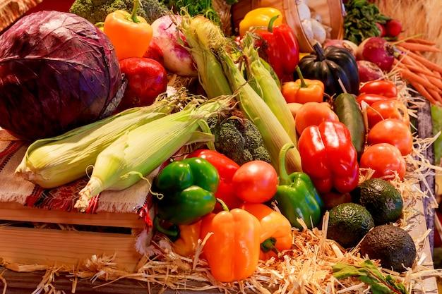 Bandeja del día de acción de gracias con calabaza y diferentes verduras maduras dentro