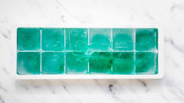 Bandeja de hielo con bloques de turquesa.