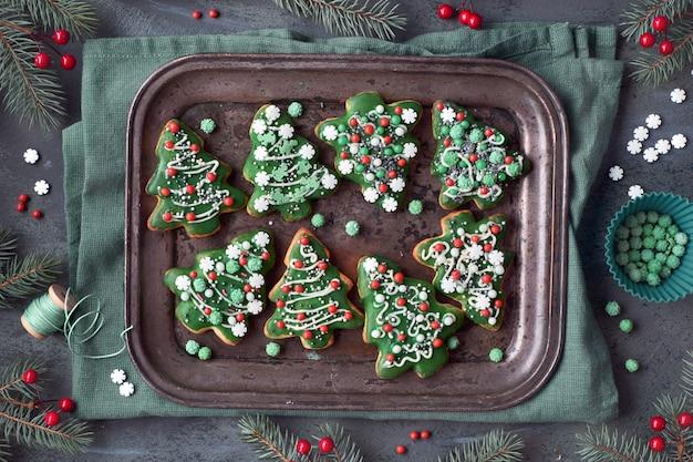 Bandeja para hornear con galletas de árbol de navidad con adornos navideños