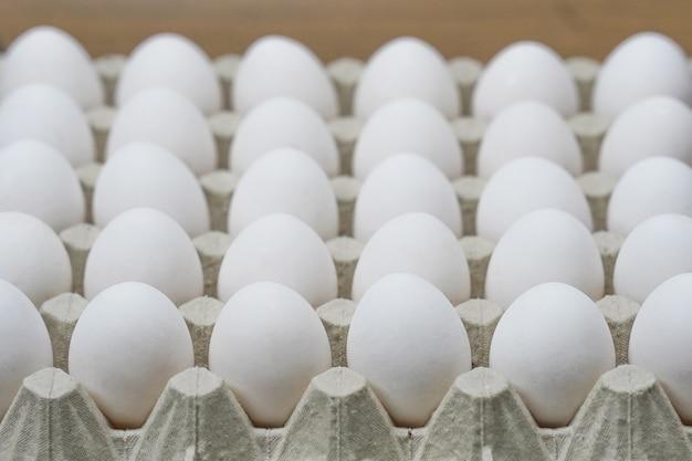 Bandeja de huevos de gallina. de cerca. vista lateral