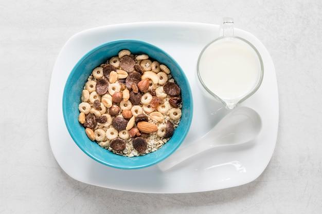 Bandeja con leche y cereales.