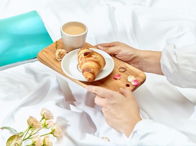 Bandeja de madera con desayuno.