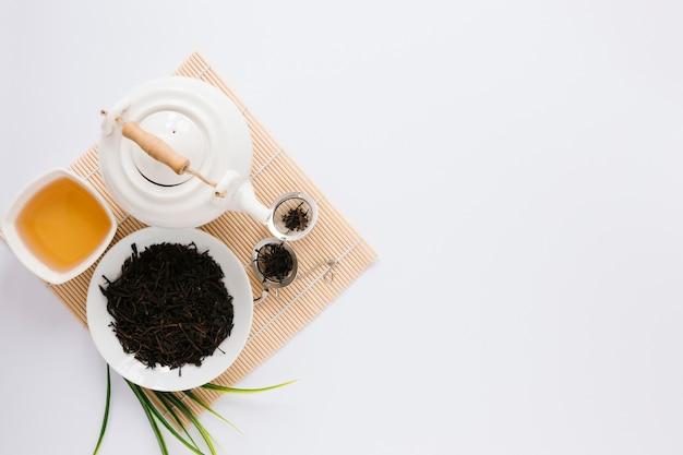 Bandeja de madera con juego de té y espacio de copia