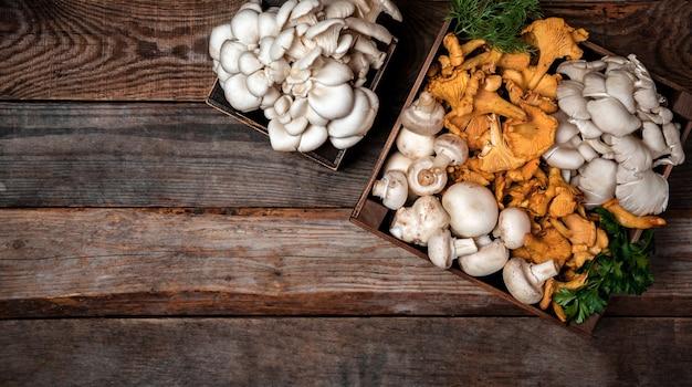 Bandeja de madera con setas de ostra y rebozuelos crudos