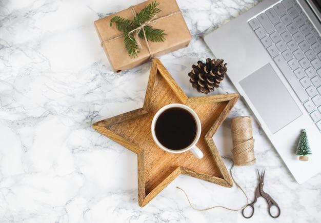 Bandeja de madera star cup con café negro christmas morning gift box laptop concepto de año nuevo