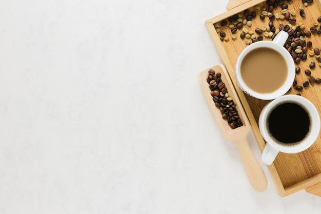 Bandeja de madera con tazas de café.